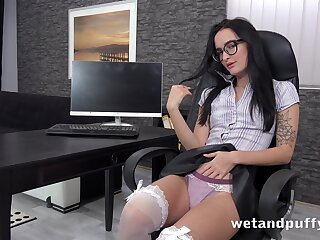 Affectionate towards sex secretary Sasha Sparrow is masturbating connected with the date