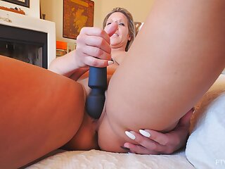 Solo mom toys her dishevelled cunt while fulgorous for the cam